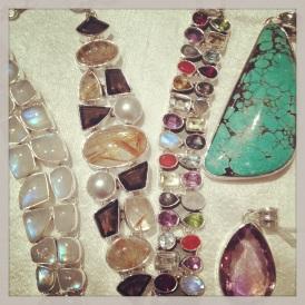silverinfattade glittriga månsten, ametist, rutilkvarts, många små ädelstenar, fantastiska turkos och ametisthängen ...